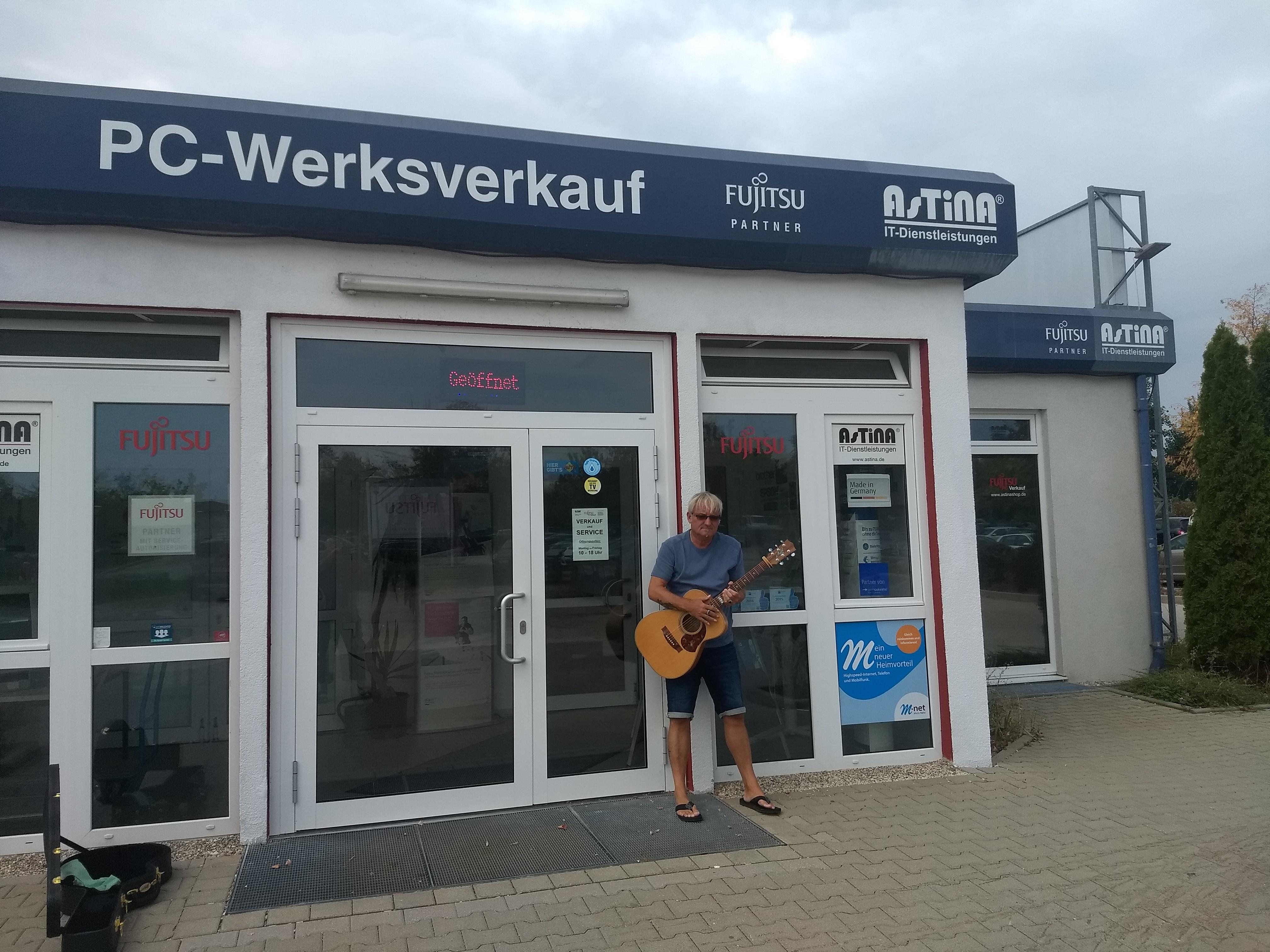 Peter Lisboa vor dem Fujitsu PC Verkauf Augsburg