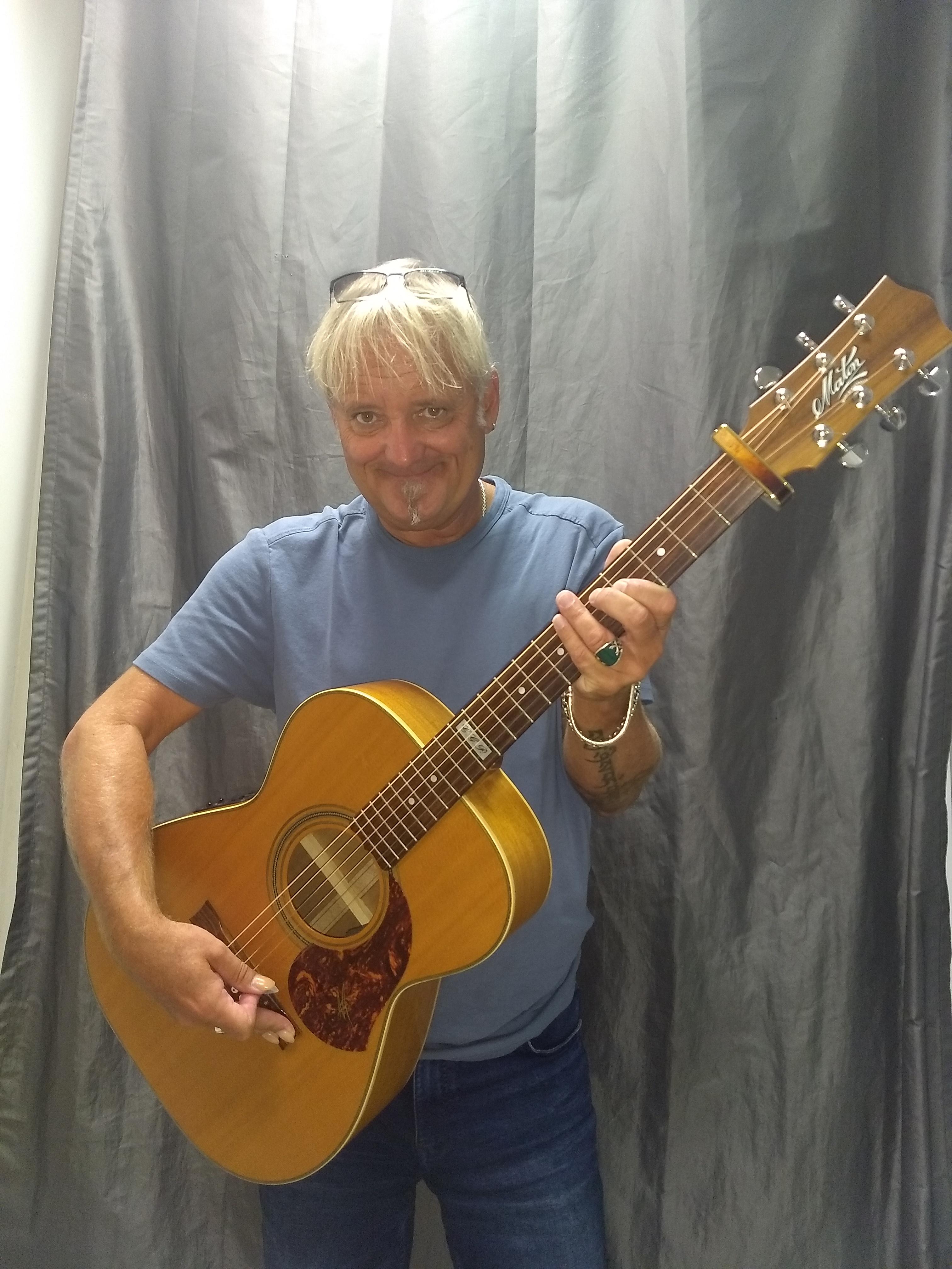 Peter Lisboa mit seiner neuen Acoustic Gitarre