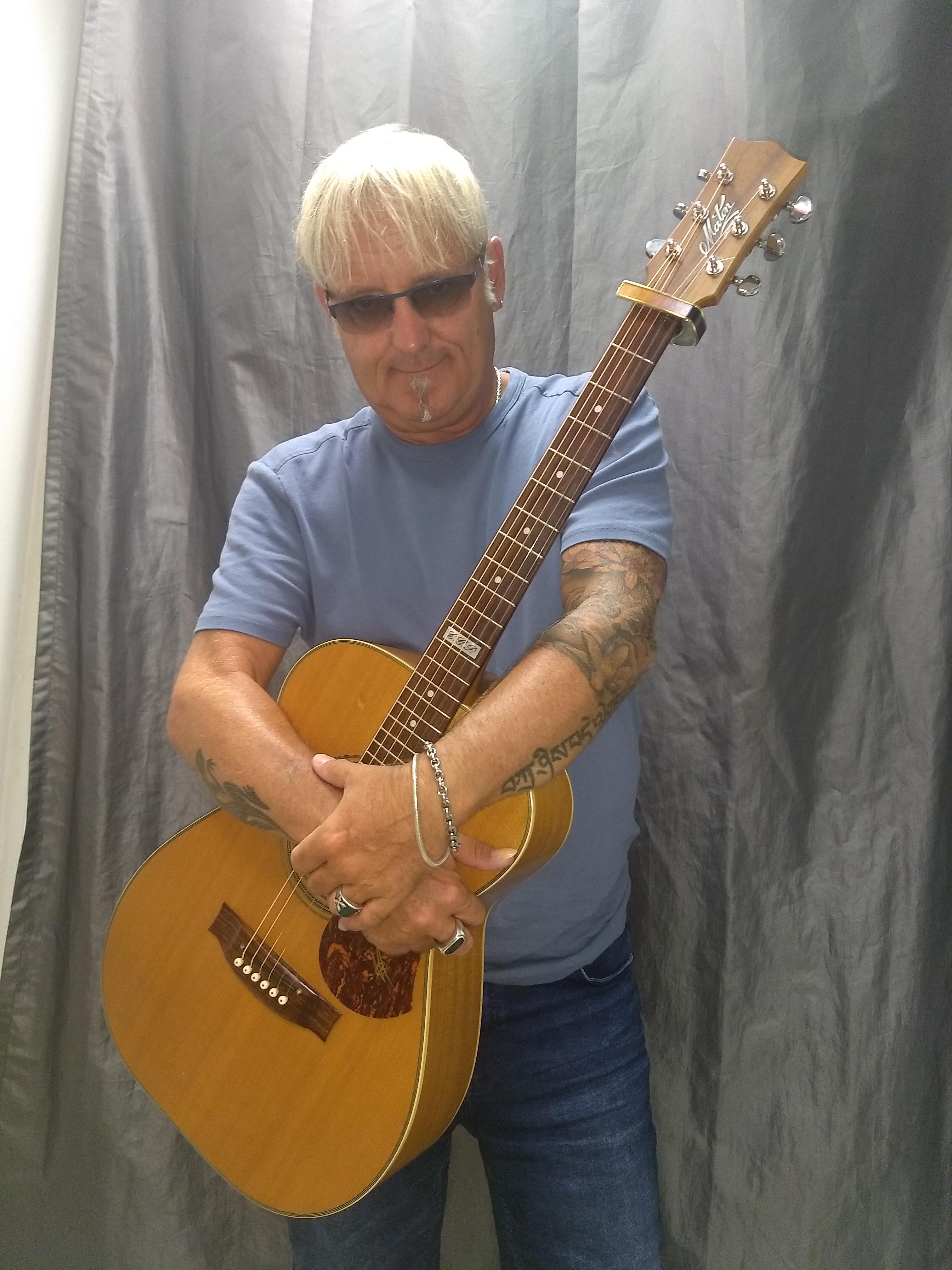 Peter Lisboa und seine akustische Rock Gitarre
